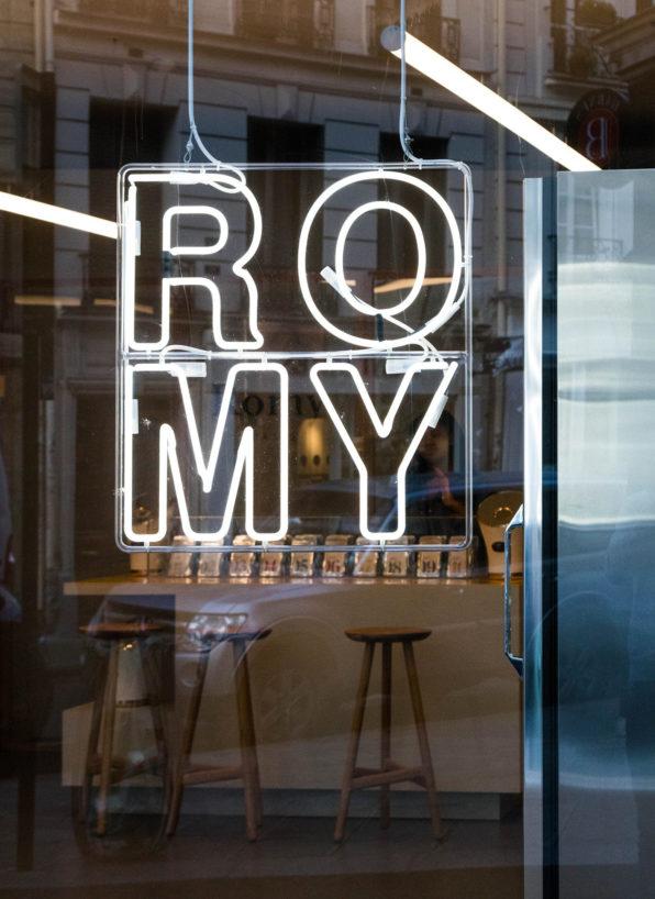 Label Experience: Logo en neon sur baie vitrée du pop-up store « Romy » à Paris.
