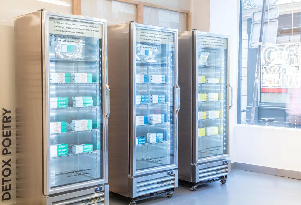 Label Expérience: Trois réfrigérateurs métalliques du pop-up store « Romy » à Paris.