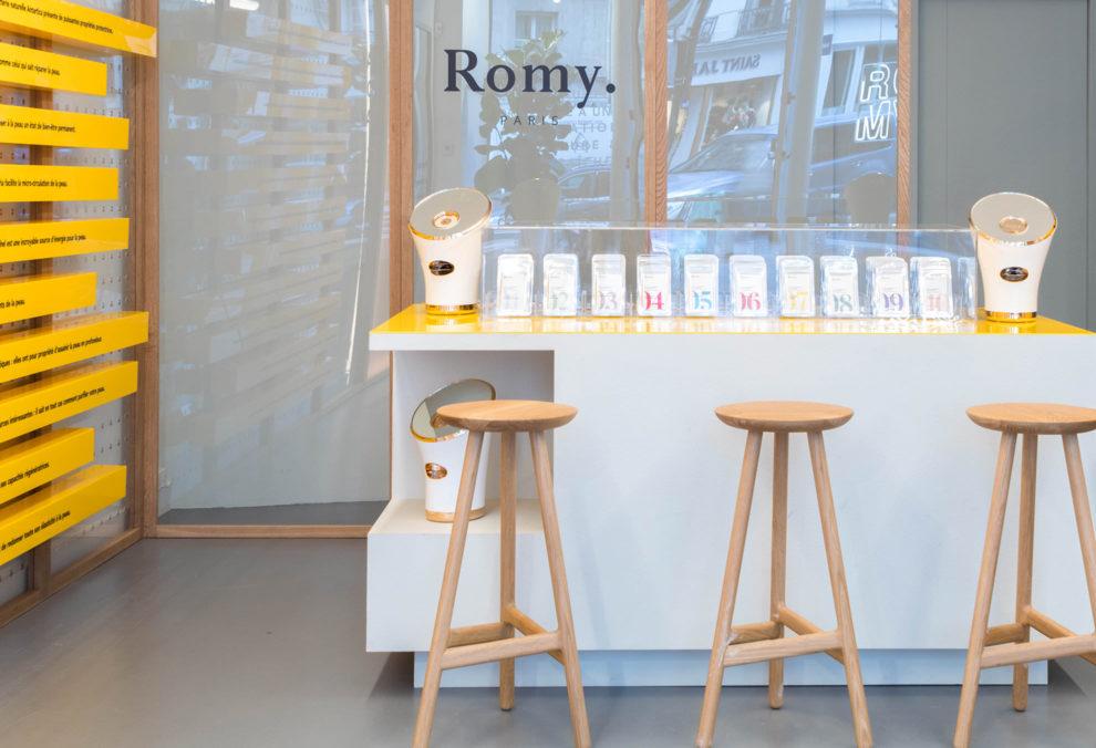 Label Experience: Focus sur bar, tabourets et produits cosmétiques du pop-up store « Romy » à Paris.