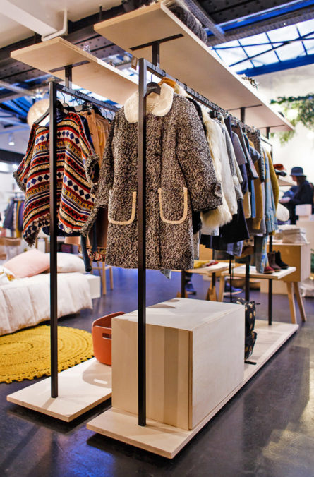 Label Experience : portant en bois dans la boutique Smallable à Paris
