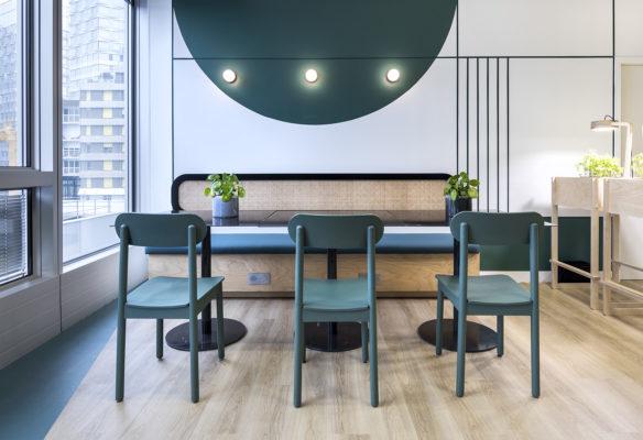 Label Experience: Espace restauration avec banquette et tables bistrot dans les nouveaux bureaux de « Sodexo » au Social Hub.