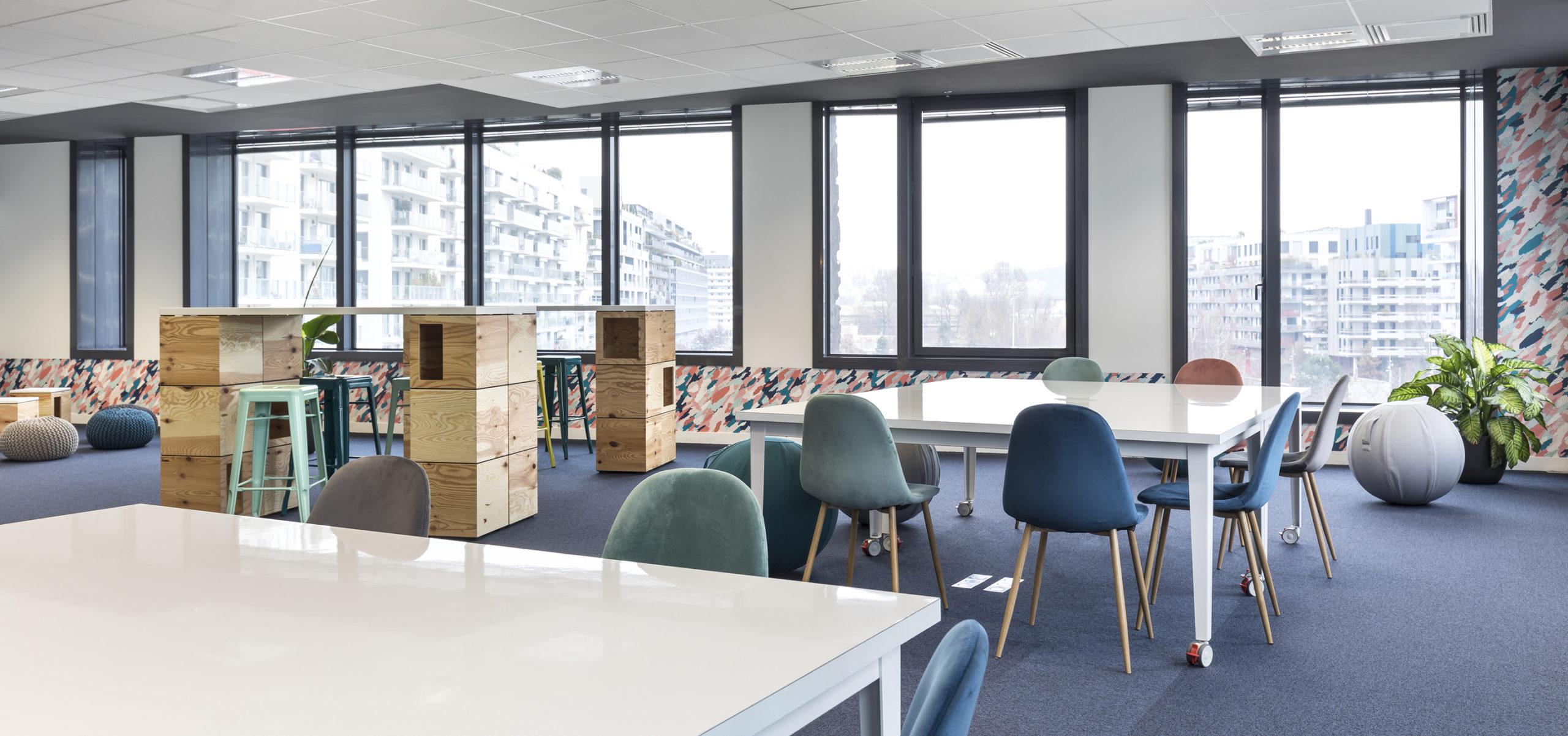 Label Experience: Espace de coworking aux couleurs pastel dans les nouveaux bureaux de « Sodexo » au Social Hub.