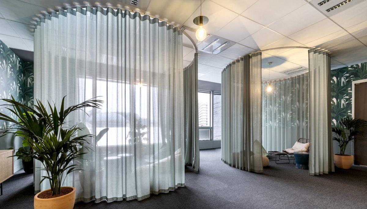 Label Experience: Espaces individuels et circulaires avec rideaux dans les nouveaux bureaux de « Sodexo » au Social Hub.