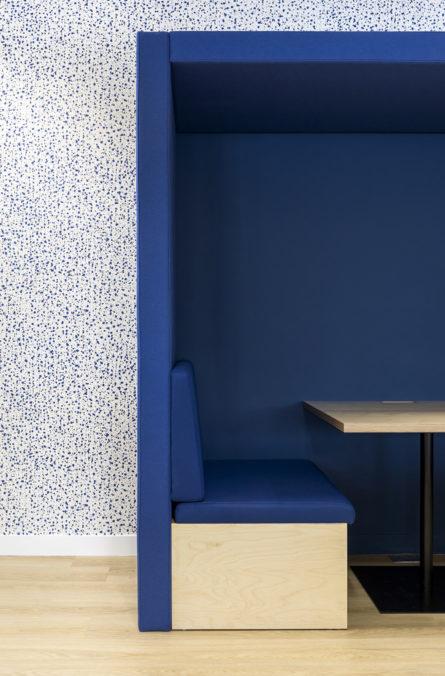 Label Experience: Focus cabine d'isolement bleu dans les nouveaux bureaux de « Sodexo » au Social Hub.