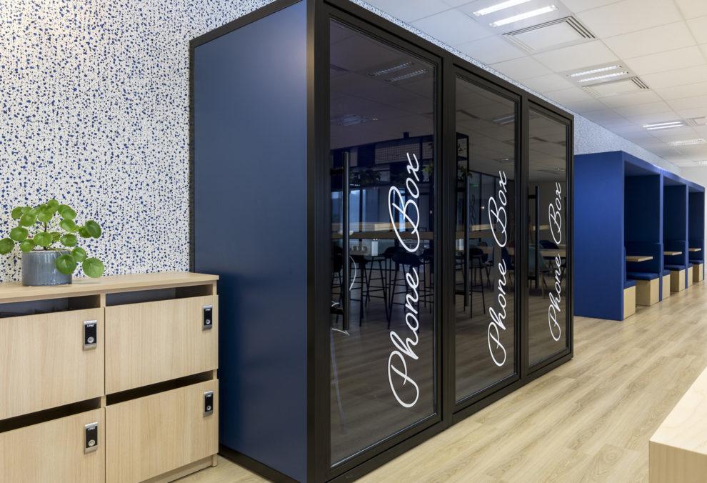 """Label Experience: Trois """"phone box"""" dans les nouveaux bureaux de « Sodexo » au Social Hub."""