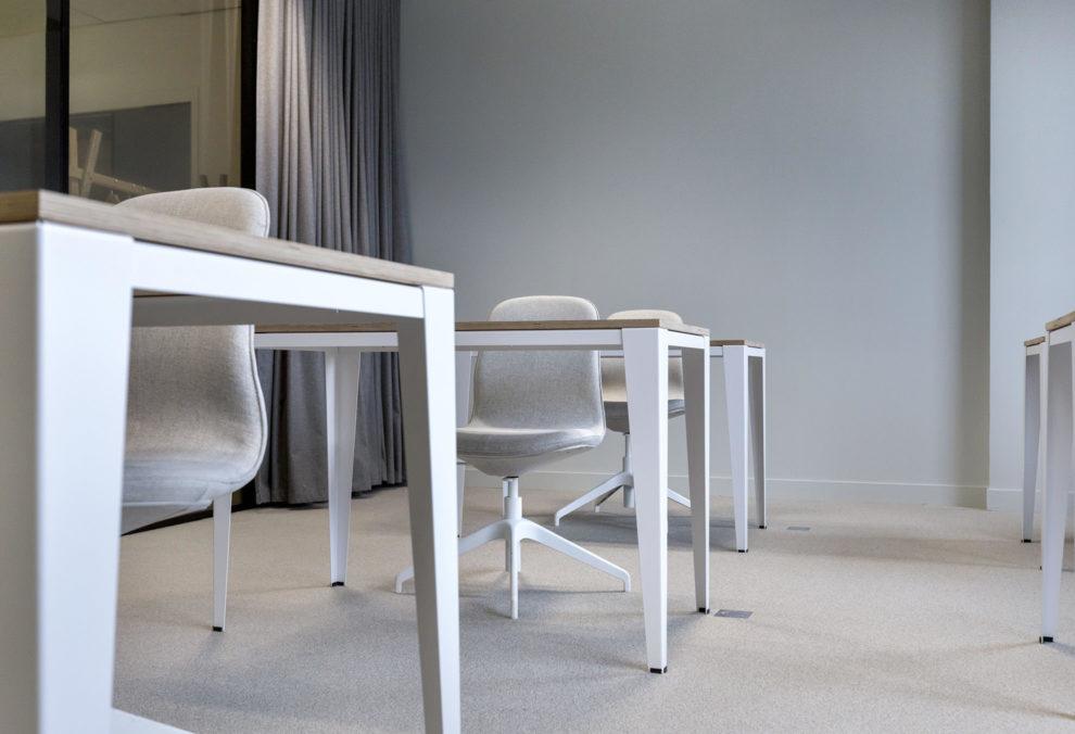 Label Experience: Focus sur tables et chaises blanches dans les nouveaux bureaux de « Sodexo » au Social Hub.