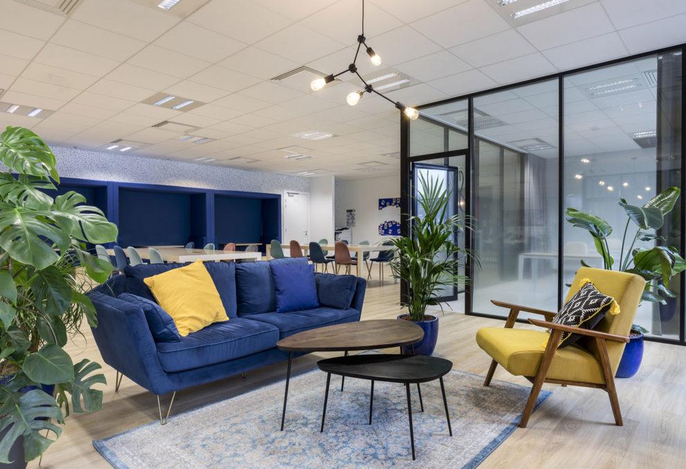 Label Experience: Focus coin détente avec canapé bleu dans les nouveaux bureaux de « Sodexo » au Social Hub.