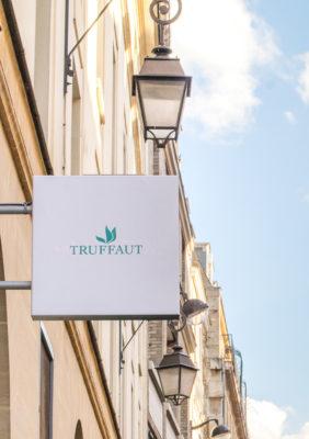 Label Experience : Zoom sur enseigne extérieur du pop-up store de « Truffaut » à Paris.
