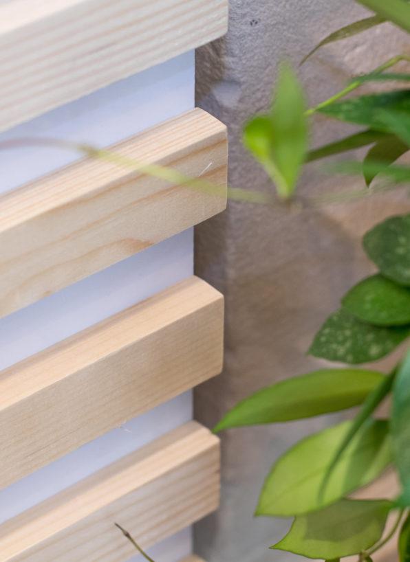 Label Experience: Focus sur bois et feuilles vertes du pop-up store de « Truffaut » à Paris.