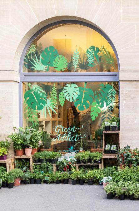 Label Experience: Zoom sur vitrine extérieure avec la mention « green addict » du pop-up store de « Truffaut » à Paris.