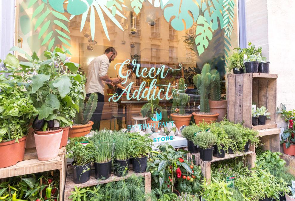 Label Experience: Vue de l'extérieur du pop-up store Truffaut Green avec un vendeur.