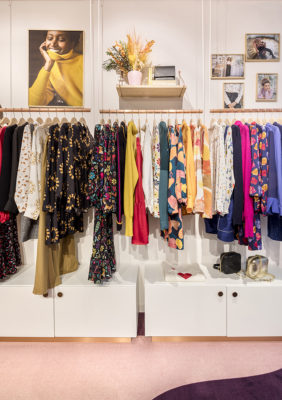 Label Experience : portants à vêtements dans la boutique Soi à Saint-Germain-des-Prés