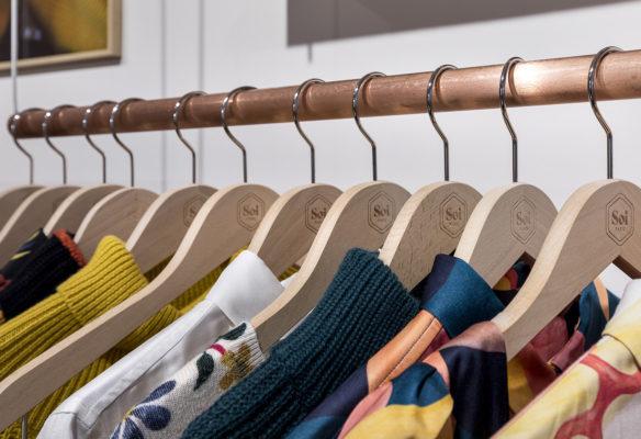 Label Experience : focus sur les portants à vêtements dans la boutique Soi à Saint-Germain-des-Prés