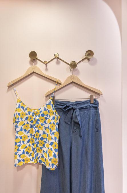 Label Experience : vêtements sur cintres dans la boutique Soi à Saint-Germain-des-Prés